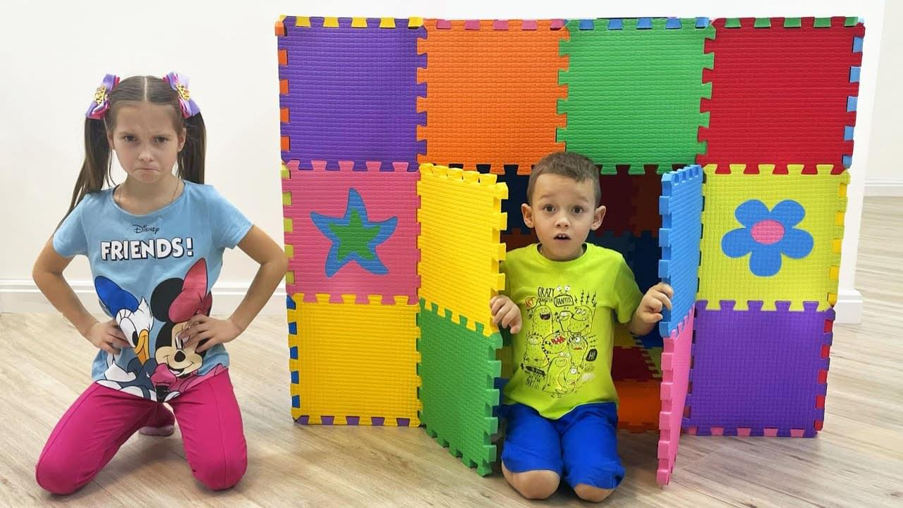 Маленькая Мисс София — Sofia and Max Playing with Colored Toy Blocks and build Playhouse for kids