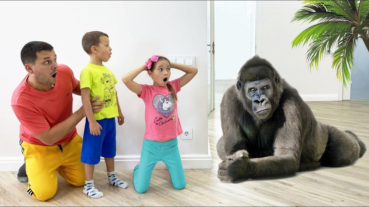 Маленькая Мисс София — София и папа весело проводят время в зоопарке | Sofia feeds animals at the zoo
