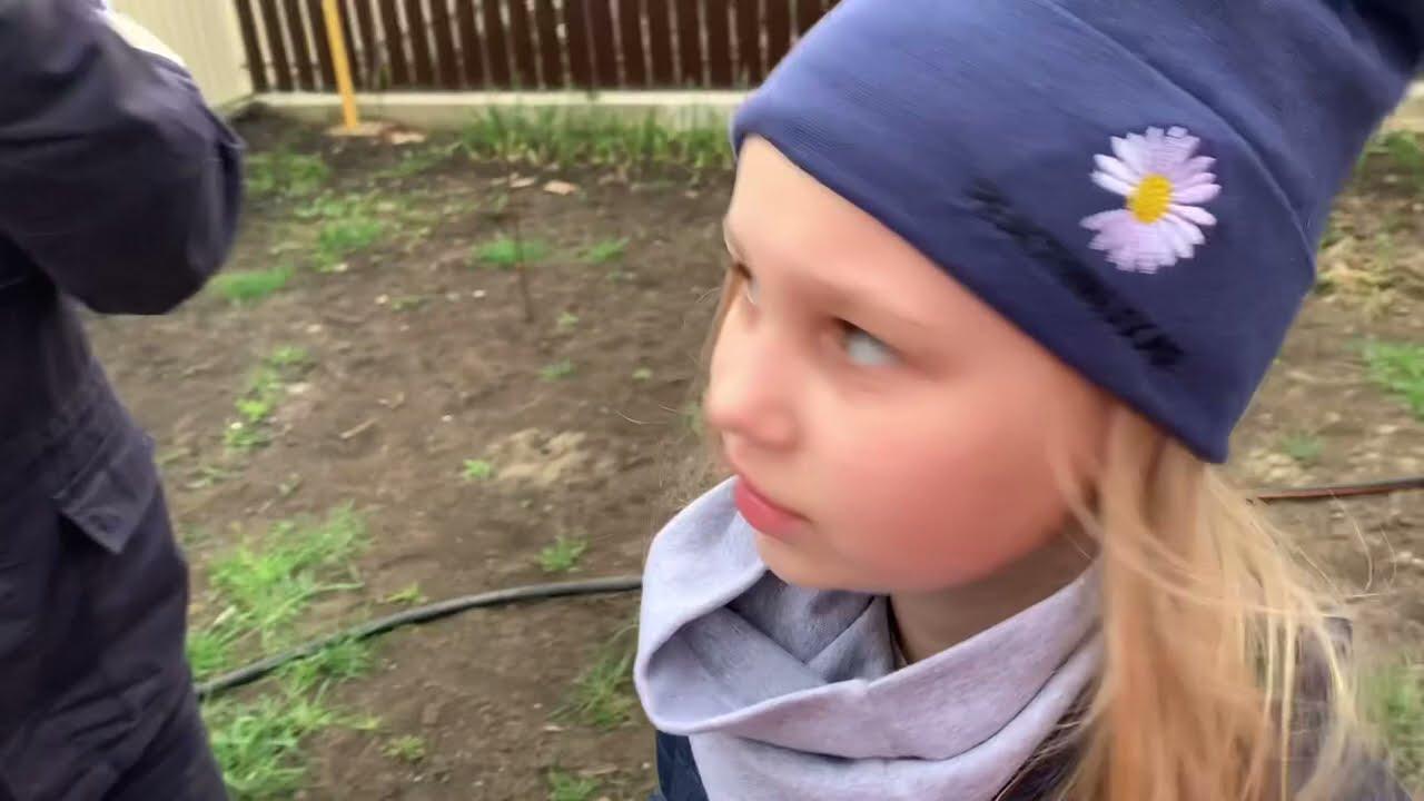 Мили Ванили — Алиса КАТАЕТСЯ НА ТЕЛЕЖКЕ! Наша жизнь за городом! Жалуется, что я ее некрасиво одеваю 😂 в огород!!