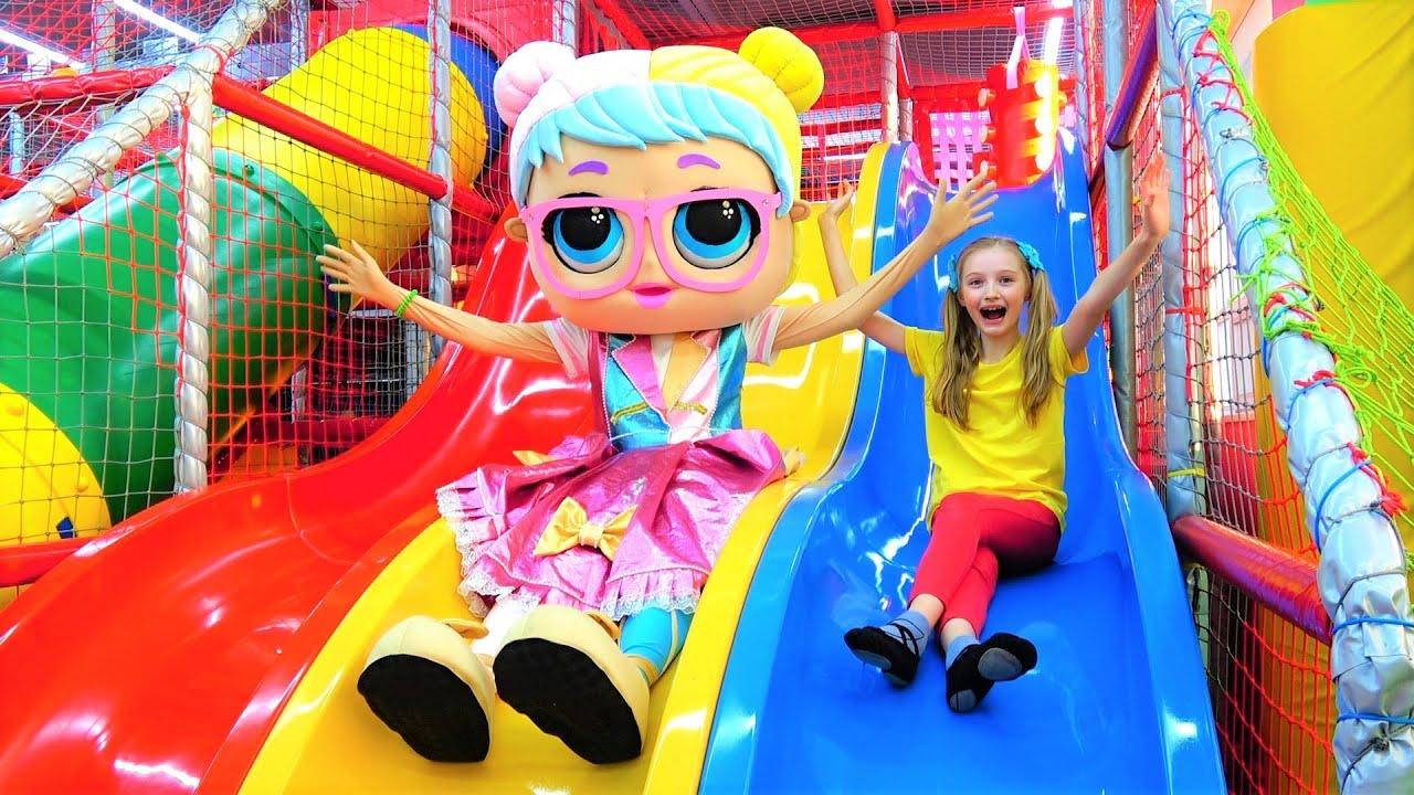 Супер Полина — Полина и кукла ЛОЛ играют в детской игровой комнате с горками и батутами