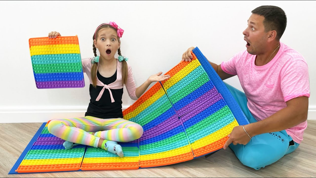 Маленькая Мисс София — Sofia and Dad staged Pop It Challenge