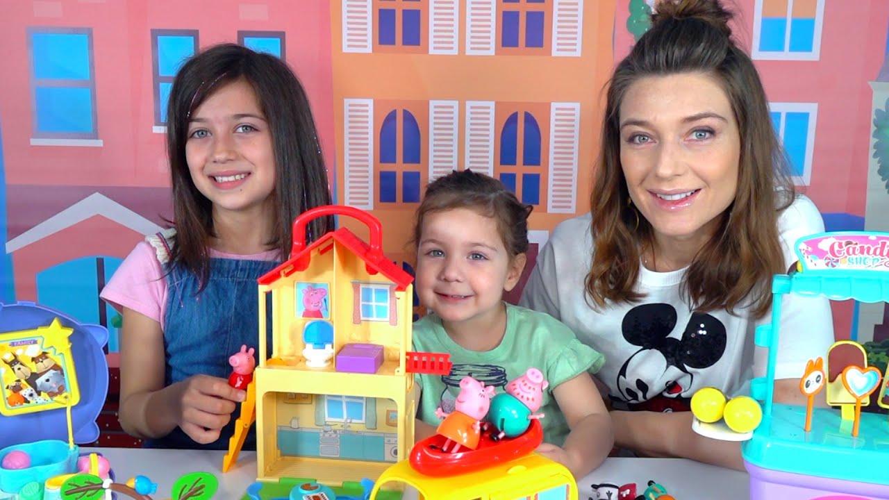 Эмилюша представляет — Эмилюша с сестренкой играют с семьей свинок Пеппа прыгает в цветных лужах