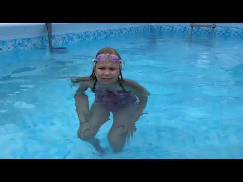 Мили Ванили — Алиса научилась плавать под водой!