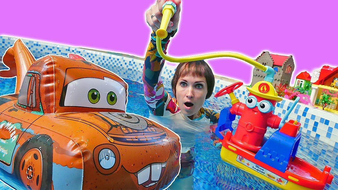 Капуки Кануки — Маша Капуки Кануки и Тачки помогают пожарному! Развивающие видео про машинки для детей в бассейне