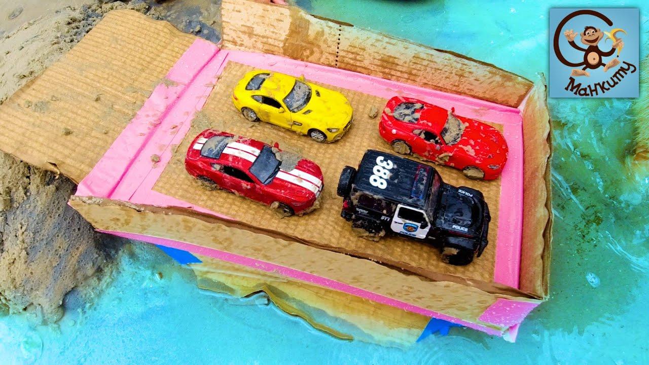 Манкиту — Строим Корабль для игрушек — Полицейская Машина, Желтая Машина и Красные Машинки. Манкиту