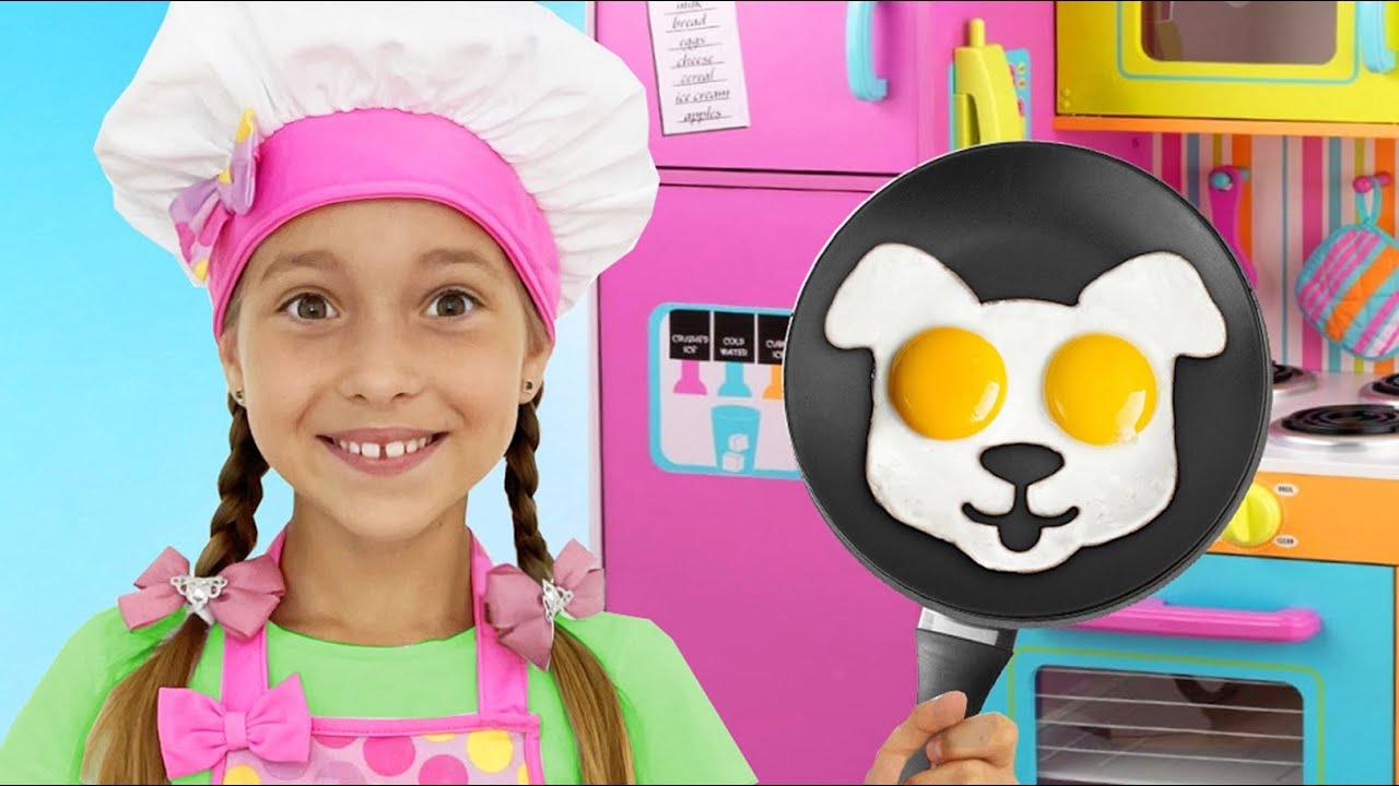 Маленькая Мисс София — Sofia and fun stories in kids cafe!! София весело играет с собакой