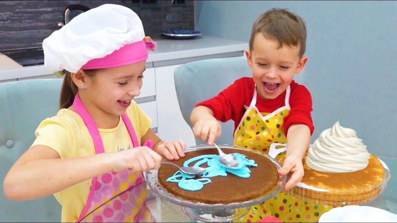 Маленькая Мисс София — София и Макс готовят торт и играют с папой — Funny stories for kids