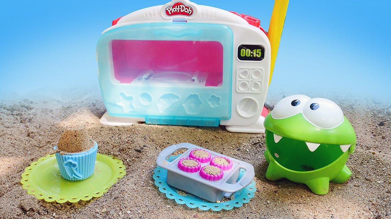 ДиДи ТВ — Ам Ням открыл в песочнице кафе. Лепим куличики кексы и пироги. Видео для детей — развивающие игрушки