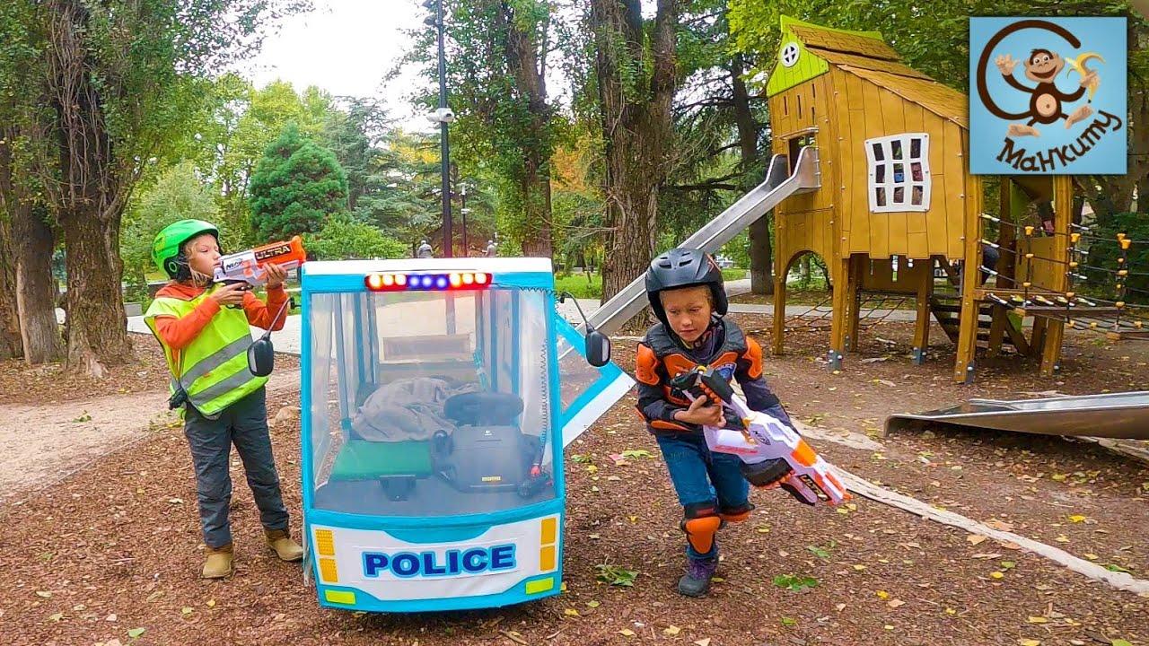 Манкиту — Диана и Даня играют в полицию и полицейскую машину.
